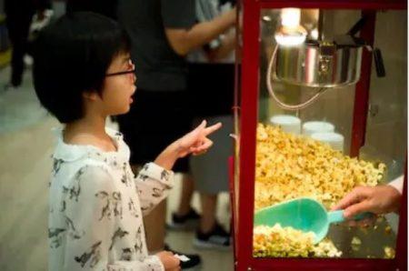 Un enfant prebds des pop-corn